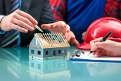 Meeting, Ingenieure besprechen Baufortschritte